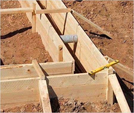 delayem-opalubku-svoimi-rukami-pod-lentochnyy-fundament