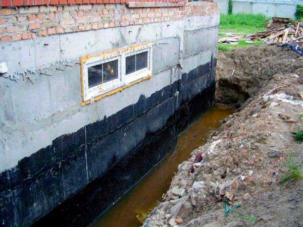 kakoy-vysoty-fundament-dvukhetazhnogo-doma