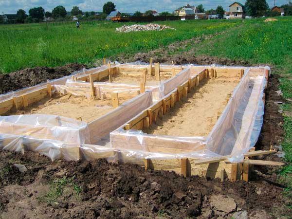 opalubka-fundamenta-doma-s-gidroizolyatsiyey