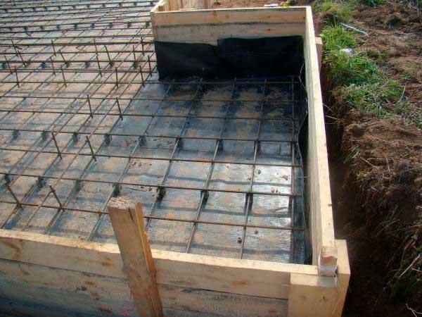 opalubka-plity-fundamenta-doma-iz-drevesiny