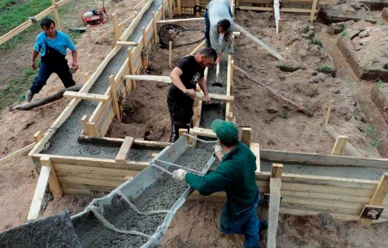 shag-7-zalivka-prigotovlennogo-betona-v-transheyu-dlya-lentochnogo-fundamenta-pod-dom-svoimi-rukami-2