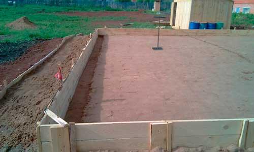 kakoy-dolzhen-byt-fundament-pod-steklyannuyu-teplitsu