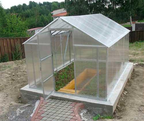 kakoy-nuzhen-fundament-pod-teplitsu-iz-polikarbonata