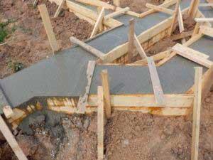 zalivka-betonom-lentochnogo-fundamenta-doma