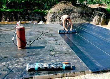 gidroizolyatsiya-betonnoy-plity-pod-fundament