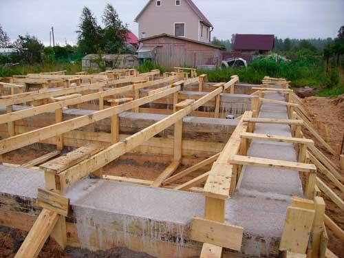 kakoy-fundament-pod-dom-iz-penoblokov