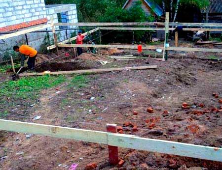 podgotovka-k-zalivke-fundamenta-na-sklone