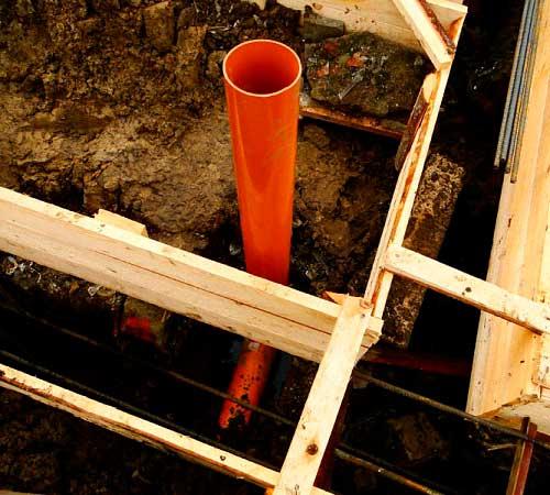 kanalizatsionnaya-truba-pod-fundamentom